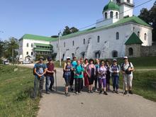 Компания туристов на фоне старейшего монастыря Кубани, фото авг. 2019г.