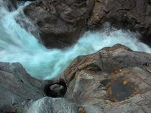 Самое узкое место Гранитного каньона реки Белой, Западный Кавказ, фото осень 2018 г.
