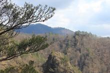Скальный цирк горы Трезубец, вид со срединного хребта горы